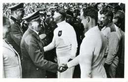Foto: Hitler menyalami atlet Jerman di Olimpiade Berlin. (Sumber: digital.kenyon.edu)