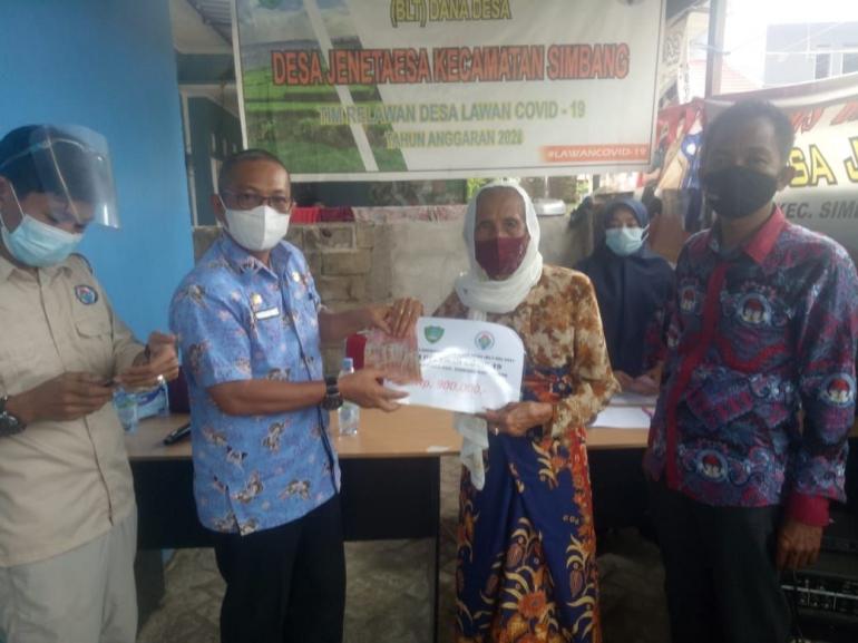 Camat Simbang serahkan BLT kepada perwakilan warga Desa Jenetaesa, Kamis (29/07/2021). Dokpri