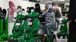 Jemaah mengangkat tangan saat memulai Tawaf Wada dengan naik skuter listrik.Foto: Dok. gph.gov.sa