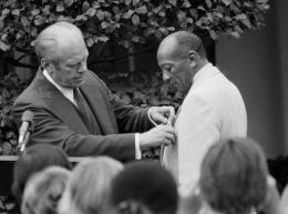 Foto: Jesse Owens menerima penghargaan dari Presiden Amerika Gerald Ford. (Sumber: The Livingston Post)