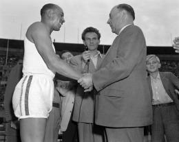 Foto: Jesse Owens dalam hari peringatan 15 tahun Olimpiade Berlin, 1951. (Sumber: Arizona Daily Star)