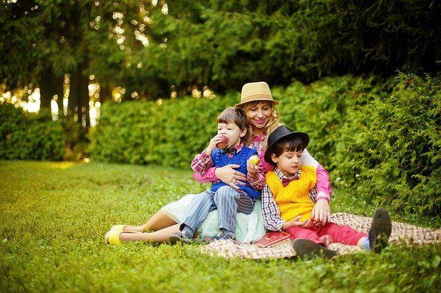 Gambar ilustrasi ibu dengan dua anak (Foto: Victoria_Borodinova on pixabay.com)