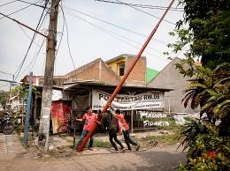 Memasang tiang kabel internet (dok.pri)