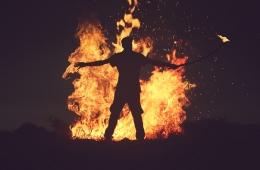 Ilustrasi seorang pria berdiri di depan kobaran api (Foto: StockSnap Via Pixabay)