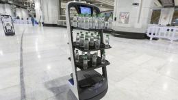 Robot distribusi botol air zamzam.Foto: AFP