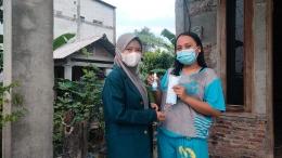 Pembagian Handsanitizer dan Masker Pada Masyarakat Desa KalitengahDok. pribadi