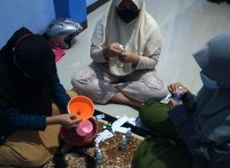 Proses Pembuatan Handsanitizer Bersama Remaja Desa KalitengahDok. pribadi