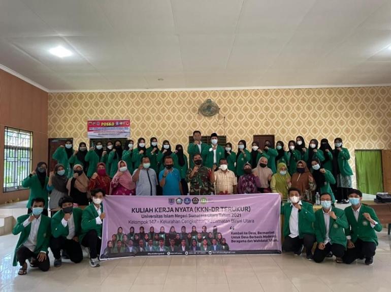 Dokpri/Foto bersama mahasiswa uinsu bersama pak lurah dan perangkat kelurahan