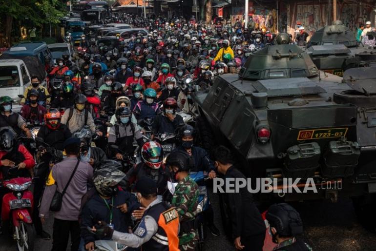 Kerumunan di titik penyekatan (Foto: Republika)