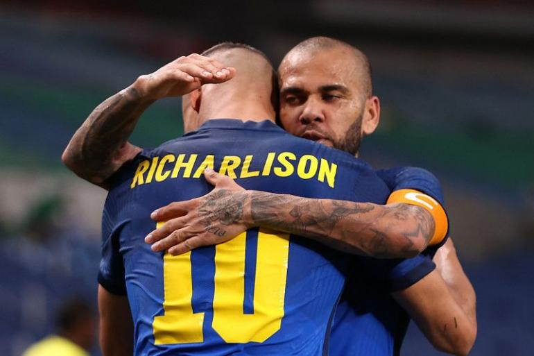 Richarlison & Dani Alves, punggawa timnas Brazil pada Olimpiade 2020. (via Reuters)