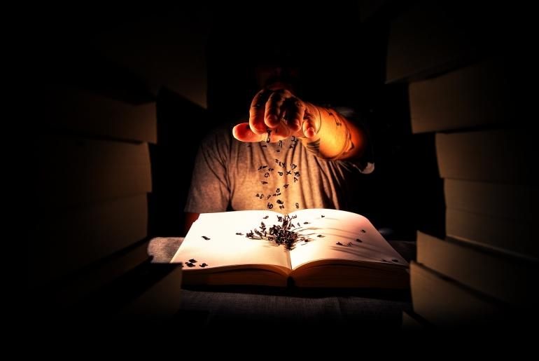 ilustrasi tangan yang ikut main permainan ABC Lima dasar. (sumber: pixabay.com/sloechle)