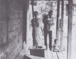 Keterangan gambar 1: Seorang kepala rumah tangga bertanggung jawab penuh atas istri dan anak-anaknya (Dokumentasi By: Raffaele Algenii).