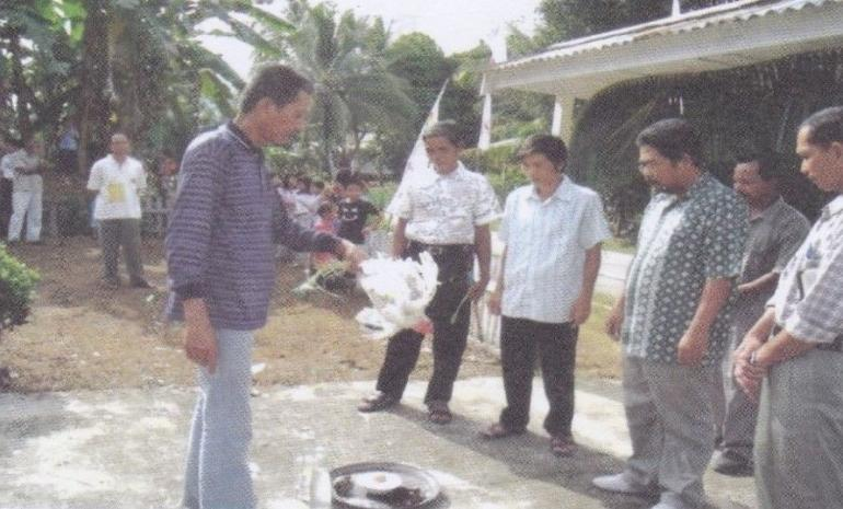 Keterangan gambar: Potret masyarakat kesukuan - arsip Desa Tapang Semadak, Dusun Tapang Sambas - Tapang Kemayau, Kec. Sekadau Hilir (Dokumentasi By: Mikael dan Dedy).