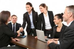 Ilustrasi hubungan harmonis antara senior dan junior ditempat kerja. Gambar: idntimes.com