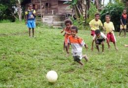 Keceriaan anak Papua bermain sepakbola, credits : rhanifa