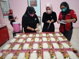 Pembuatan Dapur Umum yang dikomandoi Hj. Wahyu Tjiptaningsih (Wakil Bupati Cirebon) siap bantu warga isolasi mandiri