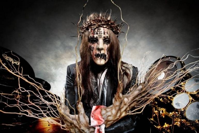 Eks drummer sekaligus founder Slipknot, Joey Jordison, meninggal dunia pada Rabu (28/7/2021). Ini adalah topeng tersangar miliknya   Foto: GettyImages/NME