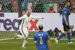 Bek Inggris Luke Shaw (kiri) berselebrasi setelah mencetak gol pertama pada pertandingan final Euro 2020 antara Italia vs Inggris di Stadion Wembley di London pada 12 Juli 2021. (Foto: AFP/JOHN SIBLEY via kompas.com)