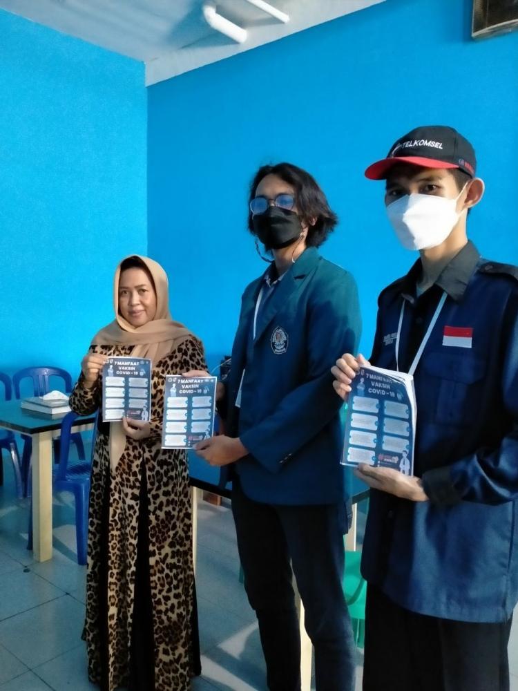 Gambar-Muhammad Ariiq Daffa (tengah) memberikan poster manfaat vaksinasi COVID-19