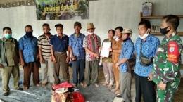 Keterangan gambar 2: Potret masyarakat kesukuan modern. Pengukuhan Temenggung Adat Desa Tapang Semadak (sumber gambar: pontianak.tribunnews.com)