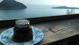Sumber:jadiberita.kopi terbalik (kupi khop) dengan latar puncak Geurutee, Aceh.
