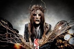 Eks drummer sekaligus founder Slipknot, Joey Jordison, meninggal dunia pada Rabu (28/7/2021). Ini adalah topeng tersangar miliknya | Foto: GettyImages