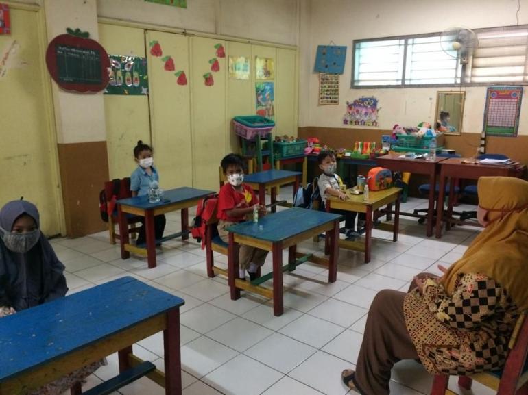 Pada saat kegiatan pembelajaran dimana anak -- anak melakukan PROKES dengan baik dan berjaga jarak./dokpri
