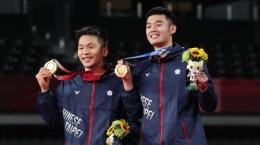 Senyum semringah Lee Yang/Wang Chi-Lin berkalungkan medali emas Olimpiade Tokyo: bwfbadminton.com