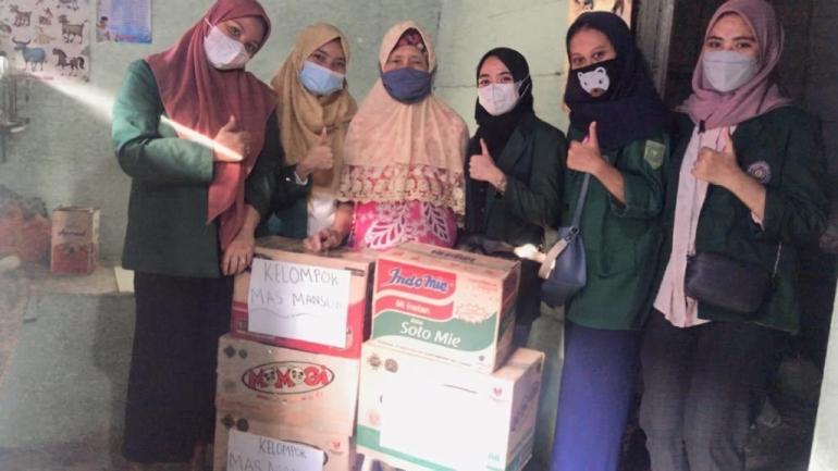 Ibu Rasiyah, keluarga dhuafa yang mendapat bantuan sosial dari mahasiswa FKIP UHAMKA (Dok.pribadi)