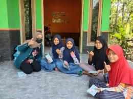 Mahasiswi Tim 2 KKN Undip membagikan masker gratis kepada anak-anak pada Rabu (21/07/2021)