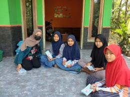 Mahasiswi Tim 2 KKN Undip membagikan masker gratis kepada anak-anak