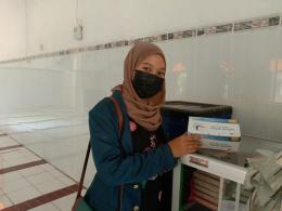 Mahasiswi Tim 2 KKN Undip menyediakan masker gratis di Masjid untuk memaksimalkan program #Bersamalawancorona