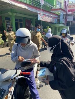 Proses pembagian masker kepada warga yang melintas/dokpri