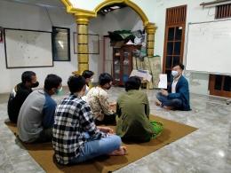 Penulis (Menggunakan Almamater Undip) Memberikan Pelatihan Penerjemahan dan Pengajaran Tata Bahasa Inggris Kepada Mahasiswa dan Karang Taruna (18/07)/dokpri