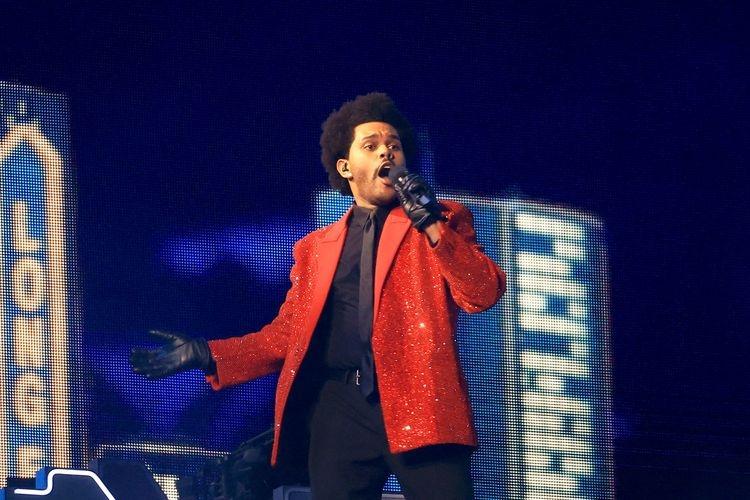 The Weeknd dalam penampilannya di Super Bowl Halftime Show. (Foto: Getty Images via Kompas.com)