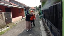 Mahasiswa Melalukan Penyemprotan Disinfektan dibantu oleh Tim Relawan/Dokpri