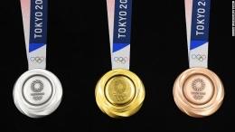 Medali Perak (kiri), Emas (Tengah) dan Perunggu (kanan) olimpade Tokyo 2020. Sumber; Tokyo Olympic 2020