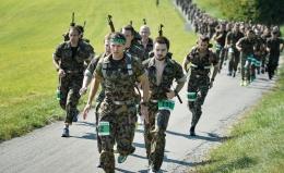 Para peserta Waffenlauf yang sedang berlari. (tagblatt.ch)