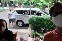 Seminggu sekali keluarga di Jakarta mengantarkan logistik makanan dan keperluan lain terkait pekerjaan kami.