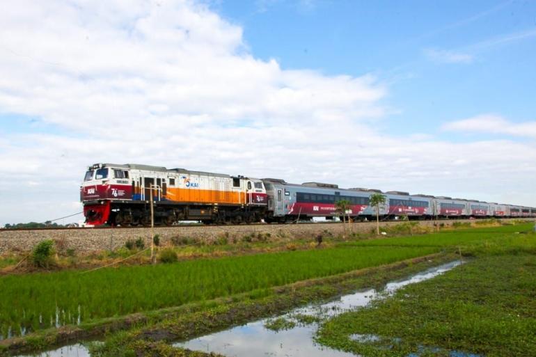 Livery spesial HUT RI ke-76 pada lokomotif dan kereta api yang dioperasikan KAI. (Sumber: KAI)