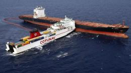 Dua kapal bertabrakan. Sumber: https://www.rfi.fr/en/europe/20181012-ships-locked-together-after-mediterranean-collision-break-free
