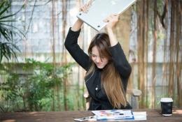 Ilustrasi seorang wanita yang emosi karena low connection | sumber: theoaktower.co.id