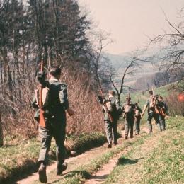 Perlombaan Waffenlauf yang diadakan pada tahun 1958, para peserta terlihat membawa senapan jenis