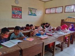 Siswa sedang melakukan literasi membaca sebelum pembelajaran dimula