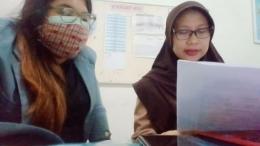 Penulis menjelaskan kepada Ibu Nur bagaimana menggunakan Canva untuk membuat media pembelajaran.