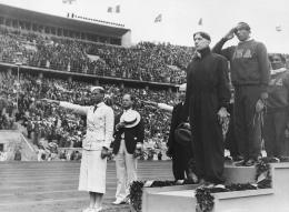 Jesse Owens yg sukses meraih 4 medali emas di Berlin. Sumber: AP/ nydailynews.com