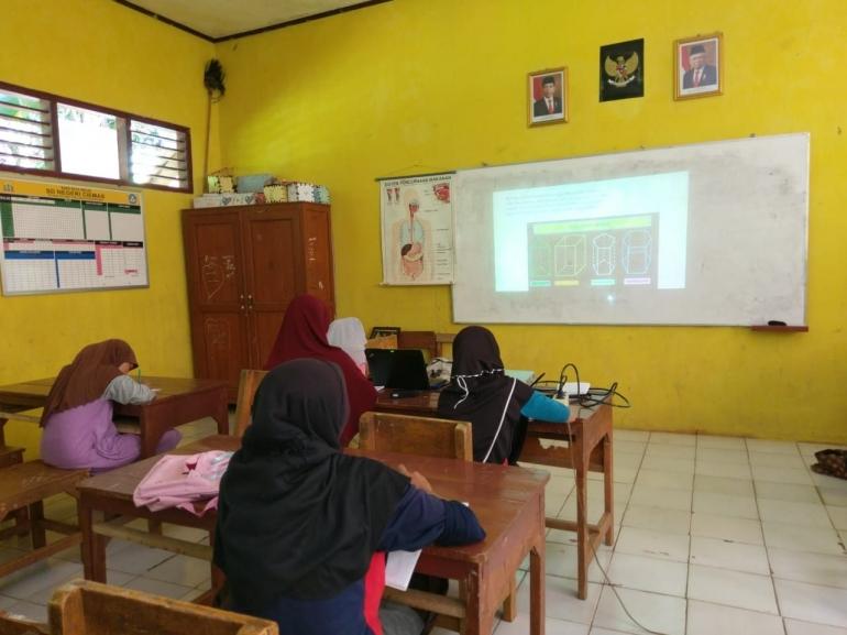Foto saat kegiatan pembelajaran di kelas.
