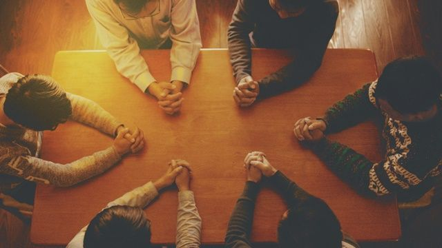 Berkumpul bersama dalam doa. Foto: https://jesussfootstep.home.blog/.