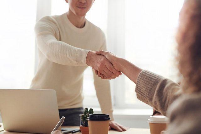Kedekatan hubungan bisnis | Foto oleh fauxels dari Pexels