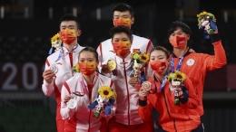 Wang Yi Lyu/Huang Dong Ping sabet emas ganda campuran usai memenangi perang saudara menghadapi unggulan pertama:REUTERS/Leonhard Foeger